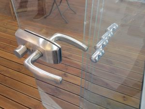 frameless-terrace-glazing-lock